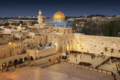 Los restos del Templo: El Muro de las Lamentaciones, en la imagen, es el único vestigio que queda hoy del Segundo Templo de Jerusalén, erigido por Herodes y destruido por Tito durante la primera guerra judía.